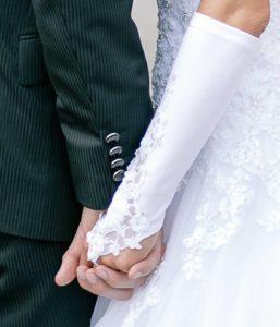 Vertrautes Paar haelt sich die Haende