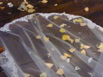Schleier der Braut bei Trauzeremonie auf Schloss Wocklum in Balve