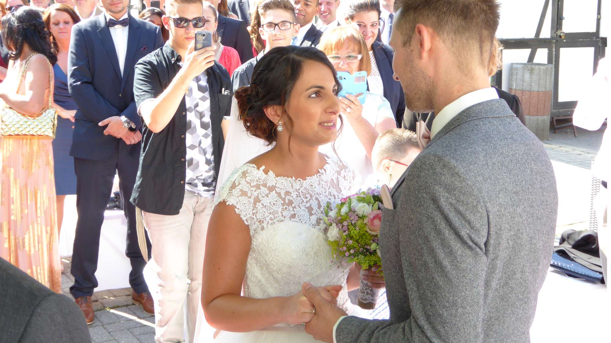 Die Braut trifft auf ihrem Bräutigam bei der freien Trauung