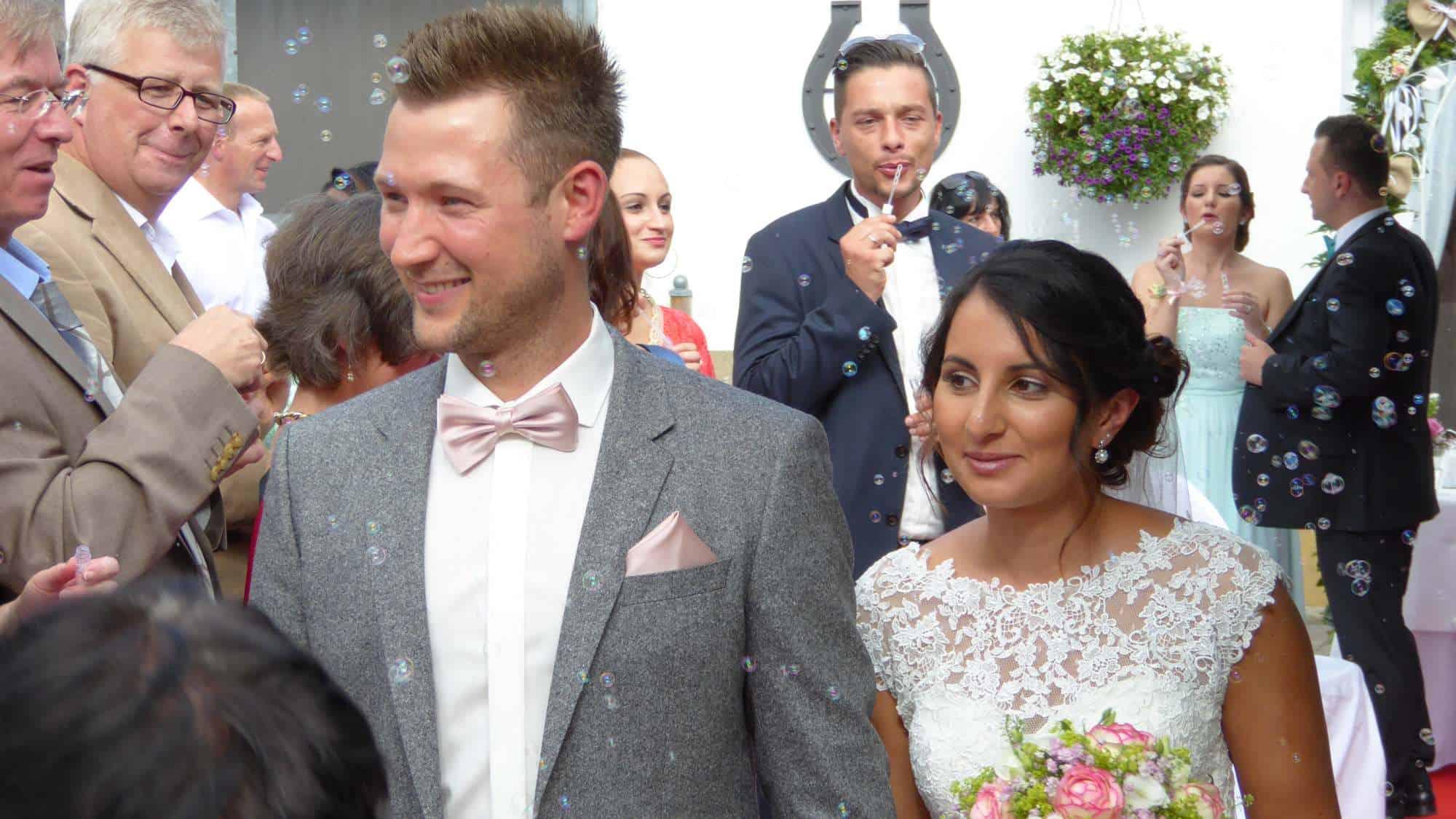 Glueckliches Brautpaar bei der Hochzeitszeremonie