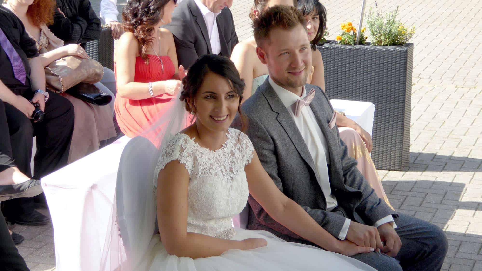 Brautpaar bei der Hochzeitszeremonie am Kemnader See