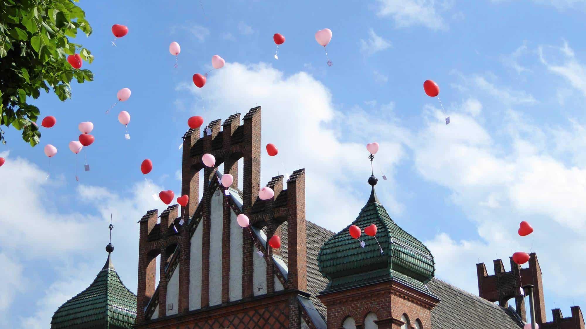 Luftballons bei der freien Trauung fliegen lassen