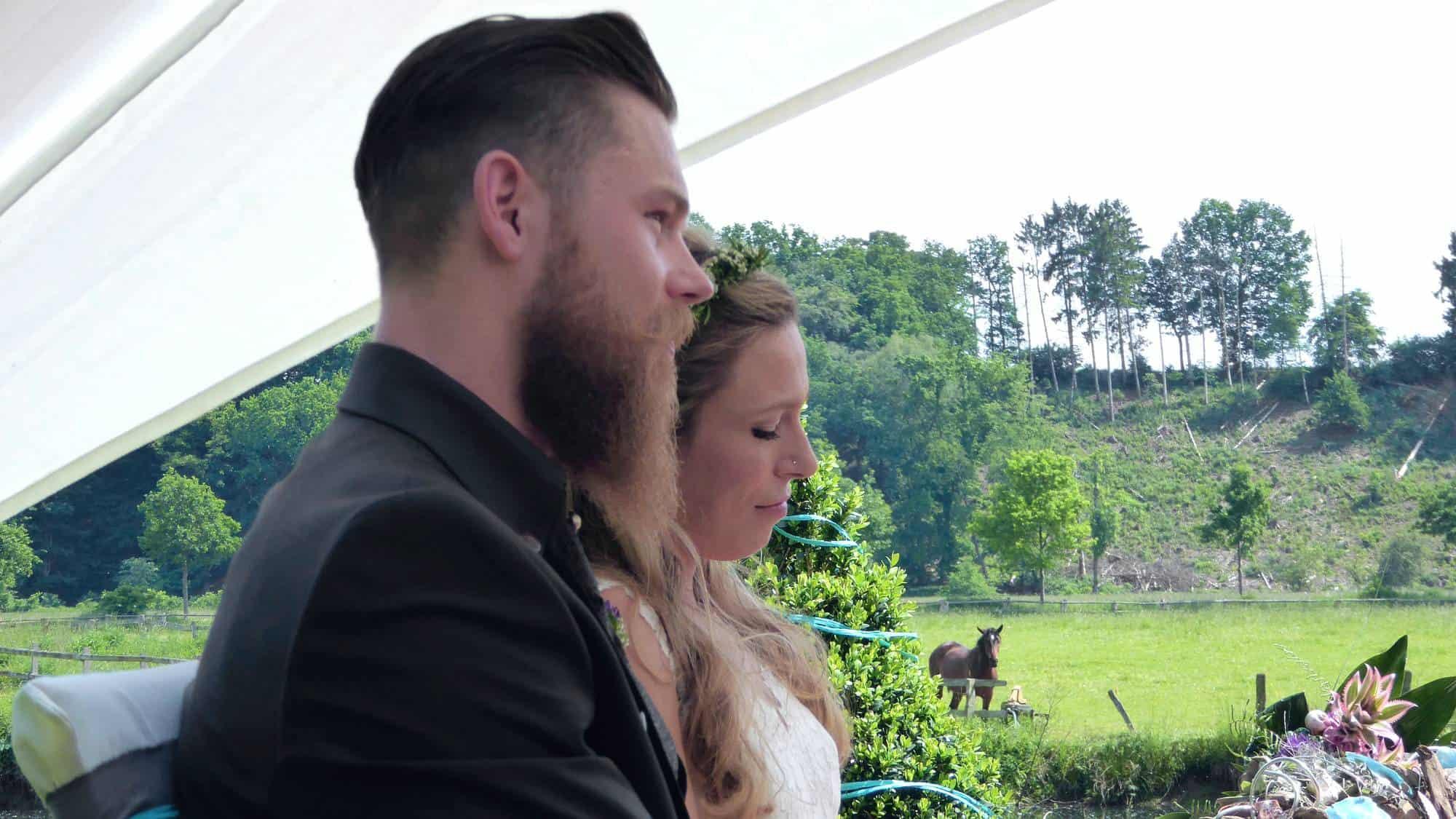 Hochzeitspaar heiratet in einer Trauzeremonie in Schwerte