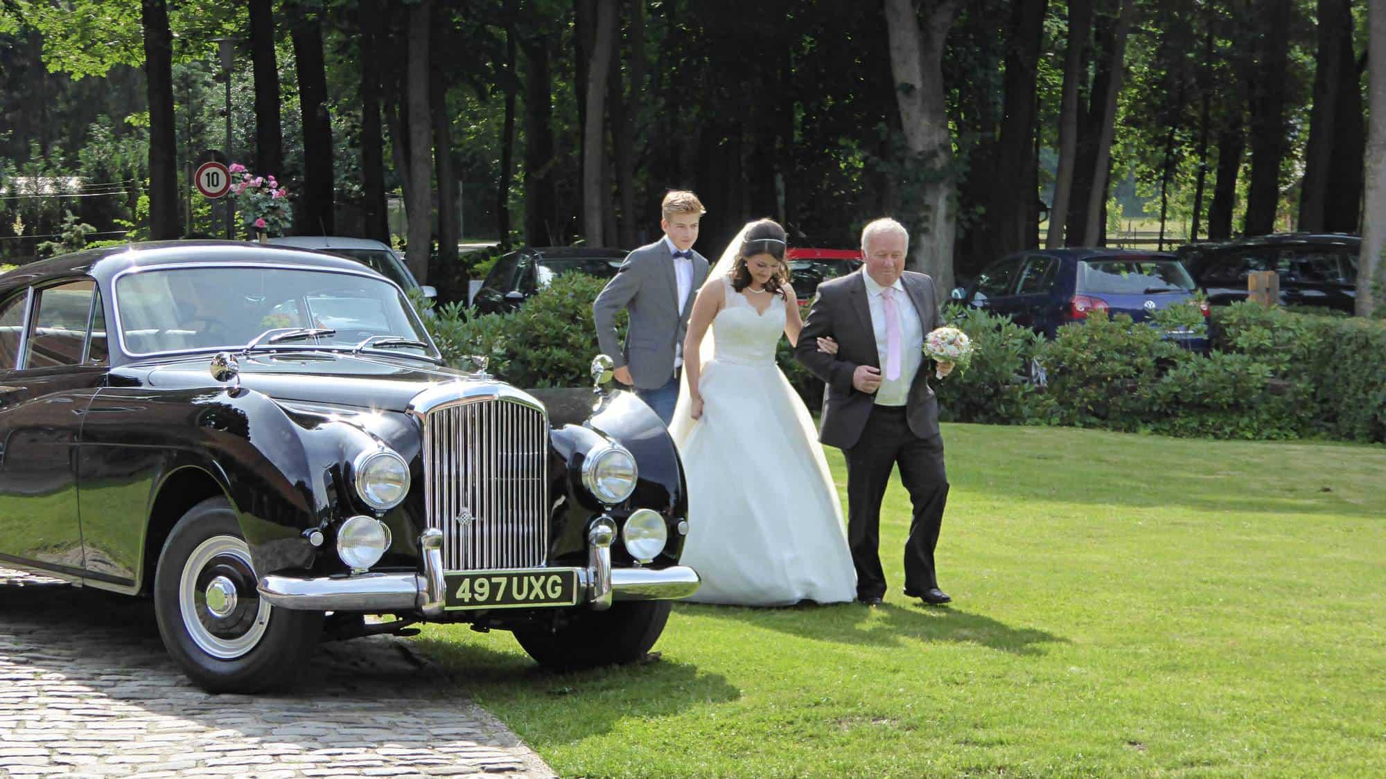 Braut wird vom Brautvater zur Trauzeremonie in Meppen geführt