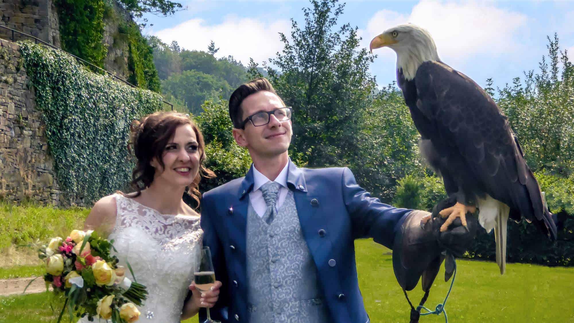 Brautpaar mit Adler bei freier Trauung auf Schloss Hohenlimburng