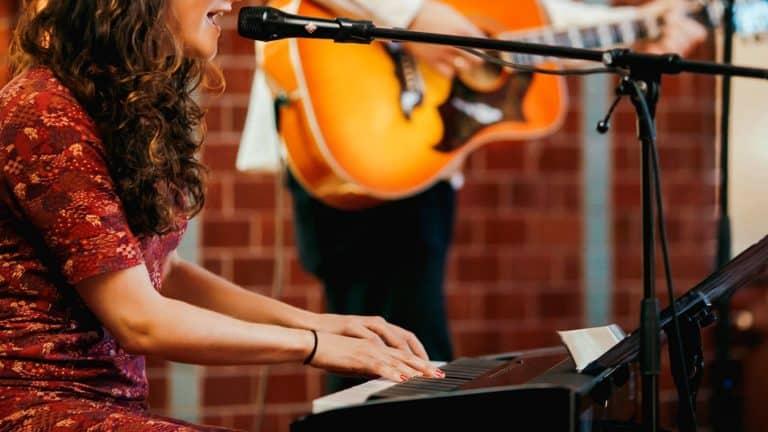Livemusik mit Piano und Gitarre