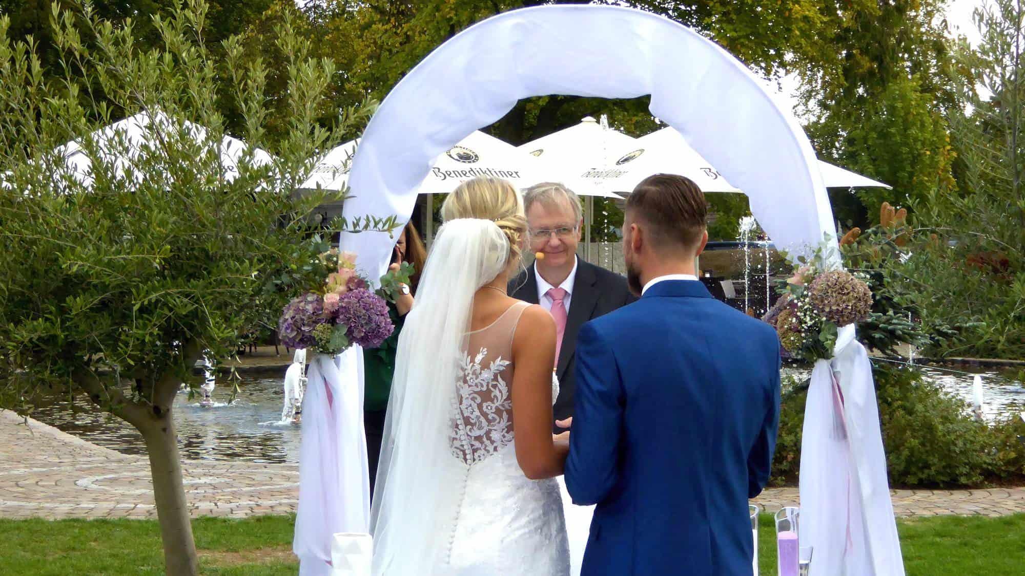 Begrüßung des Brautpaars bei der freien Trauung