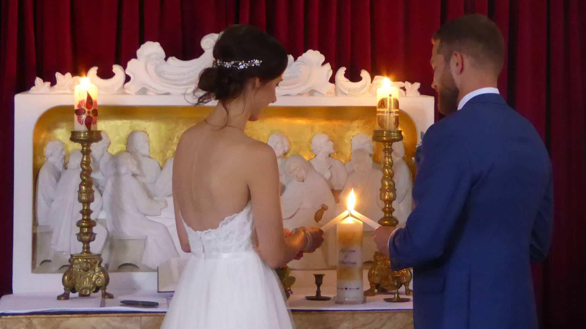 Brautpaar entzündet ihre Hochzeitskerze während der Trauzeremonie
