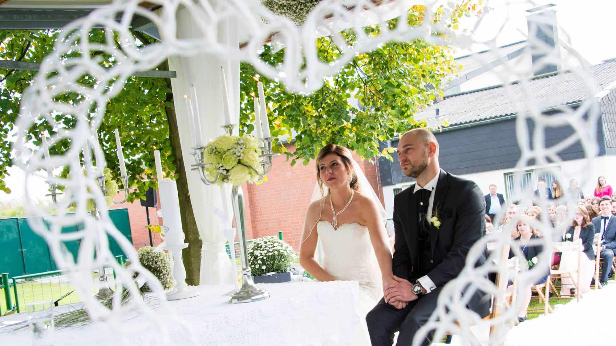 Brautpaar hört die Hochzeitsrede bei der freien Trauzeremonie