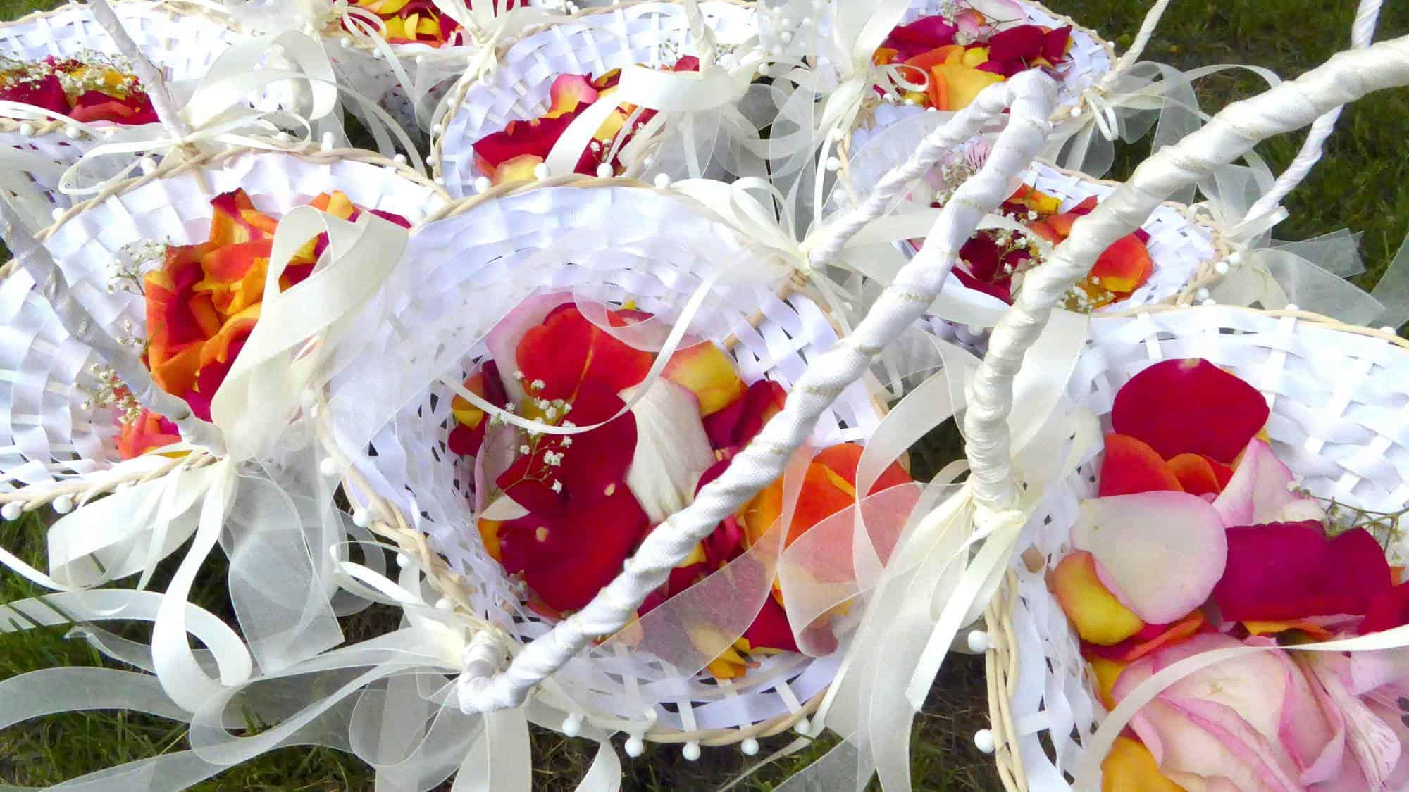 Bunte Rosenblätter in weißen Körben für die freie Trauung