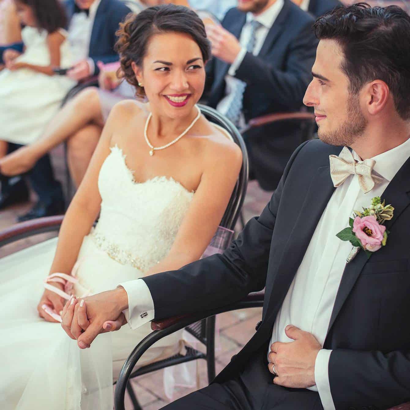 Glückliches Brautpaar bei der freien Trauung
