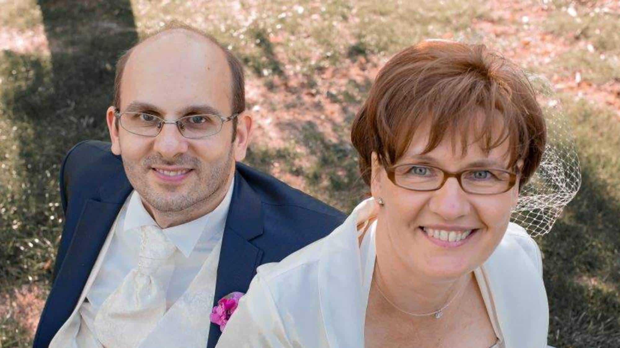 Glückliches Brautpaar nach der Trauzeremonie