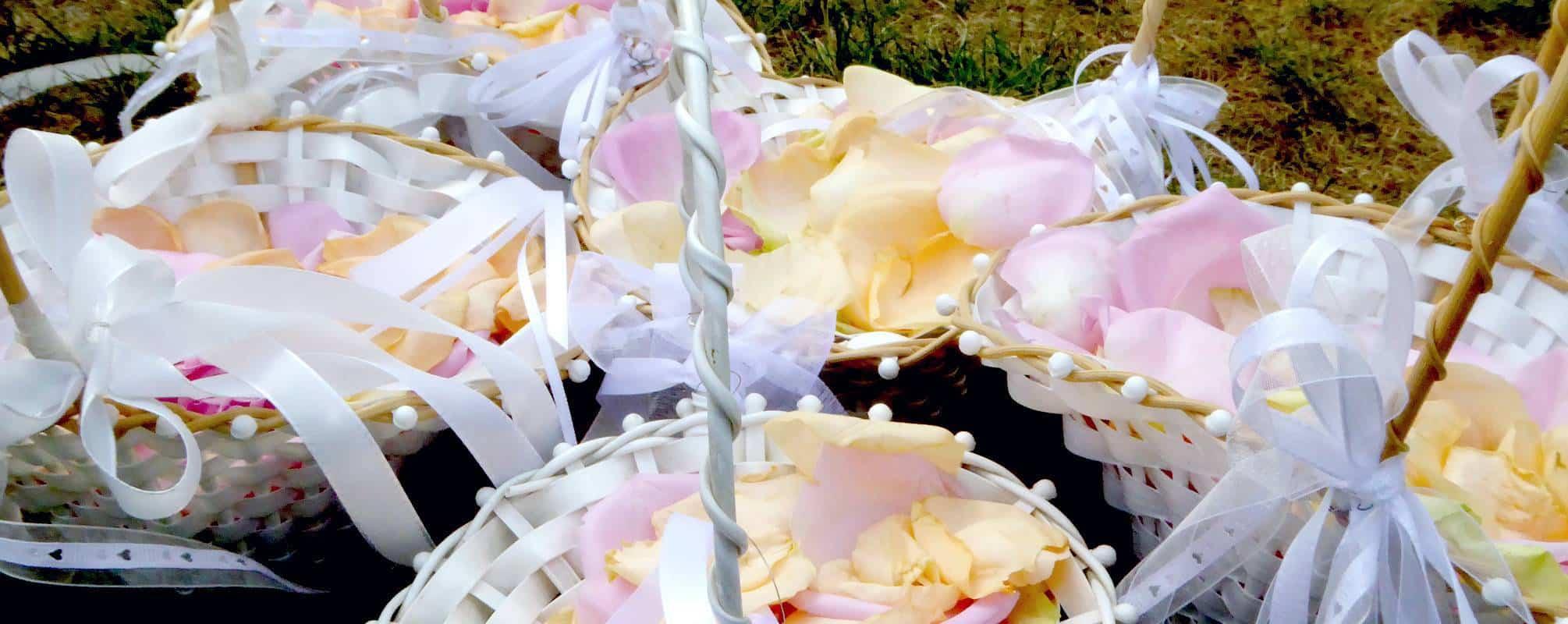 Weiße Körbe mit bunten Rosenblätter zur freien Trauung