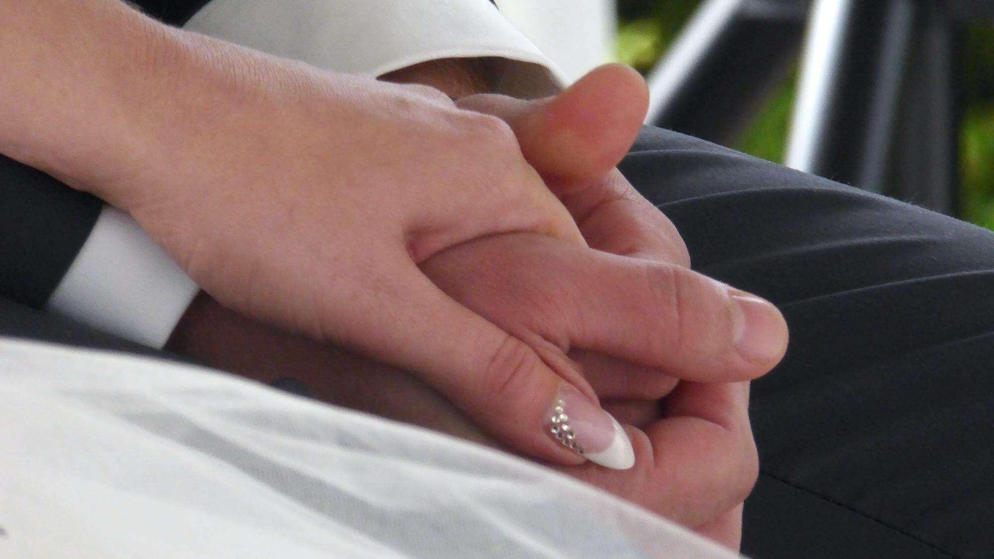 Hände des der Brautleute als Zeichen der Zuneigung