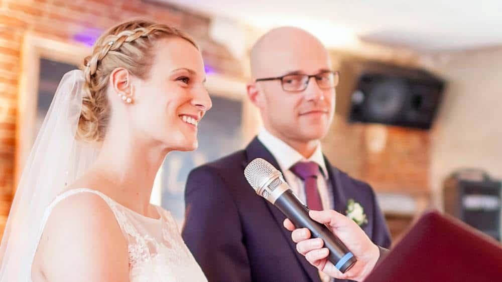 Die Braut beantwortet die Traufragen bei der freien Trauung