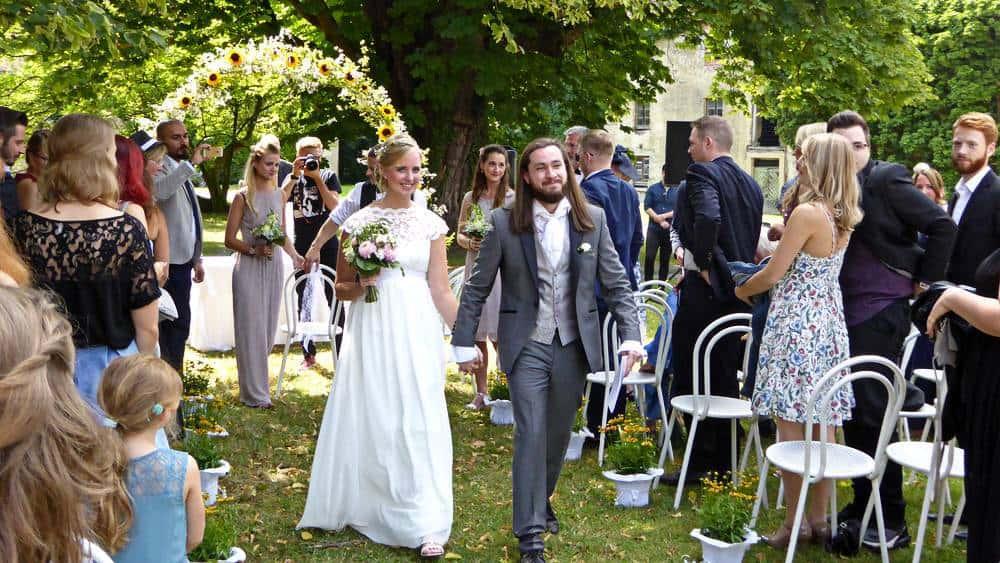Ein glückliches Brautpaar am Ende der freien Trauung
