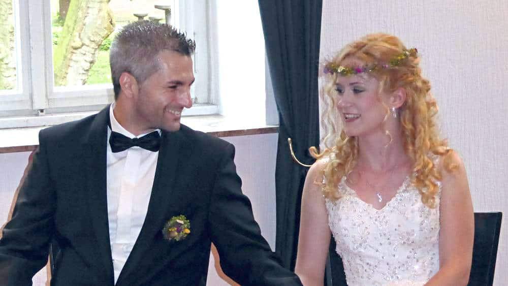Hochzeitspaar feiert ihr freie Trauung