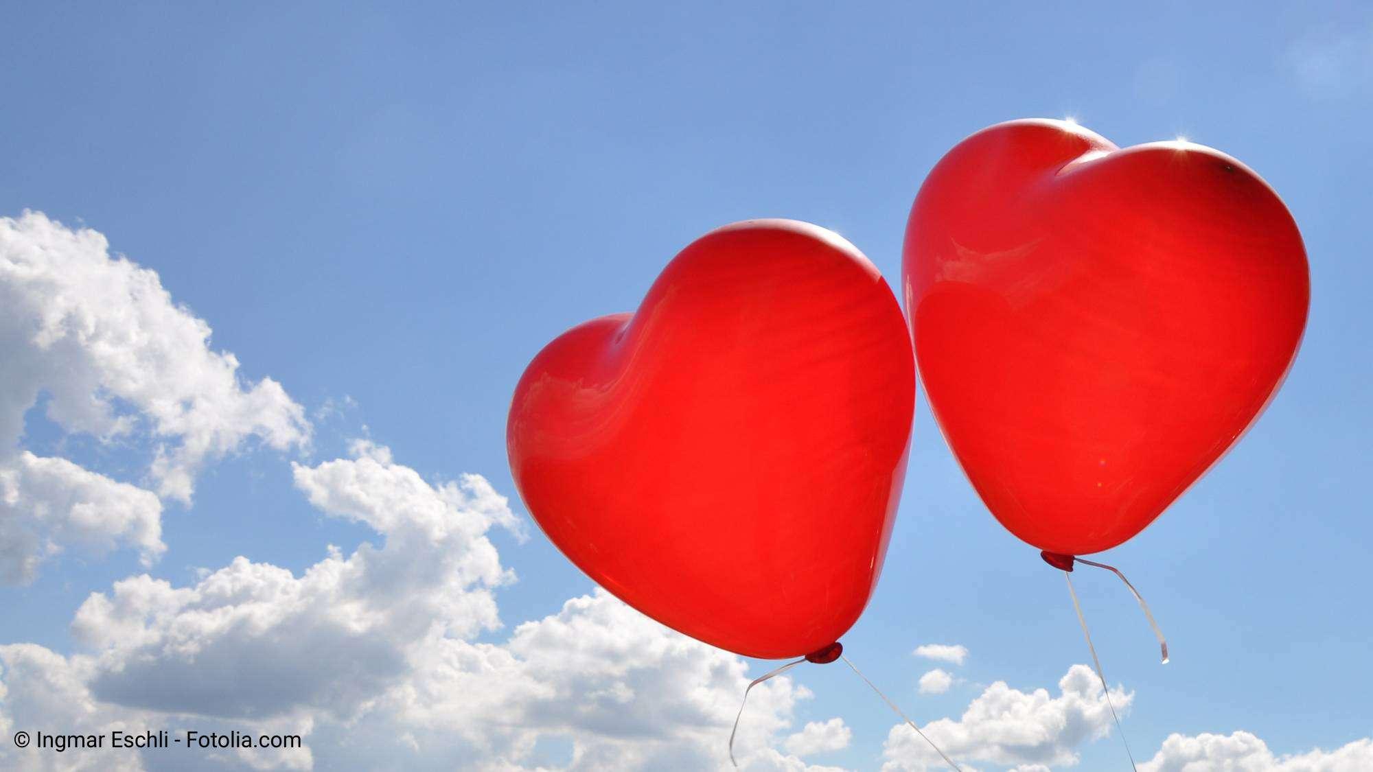 Luftballons fliegen nach der Trauzeremonie