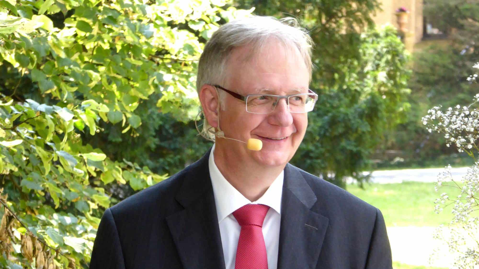 Theologe und Hochzeitsredner Reginald Müller bei der Trauzeremonie
