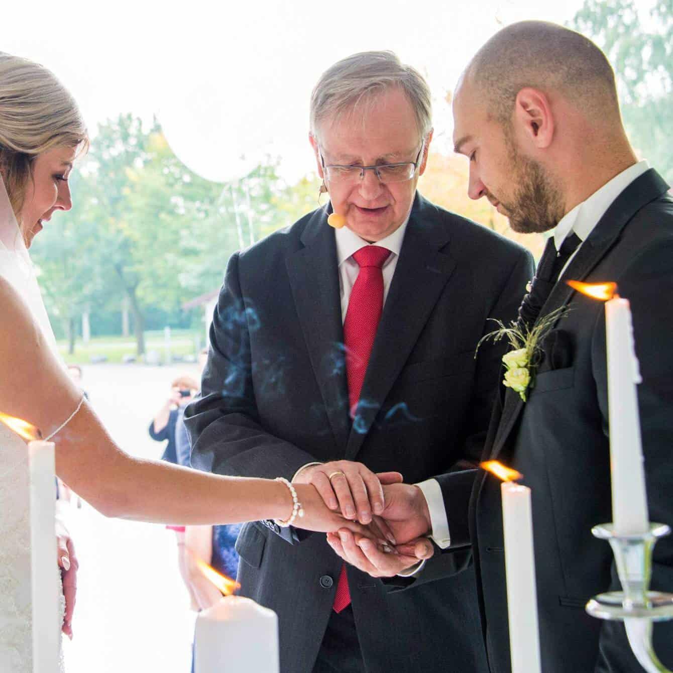 Die Ehe der Brautleute wird gesegnet