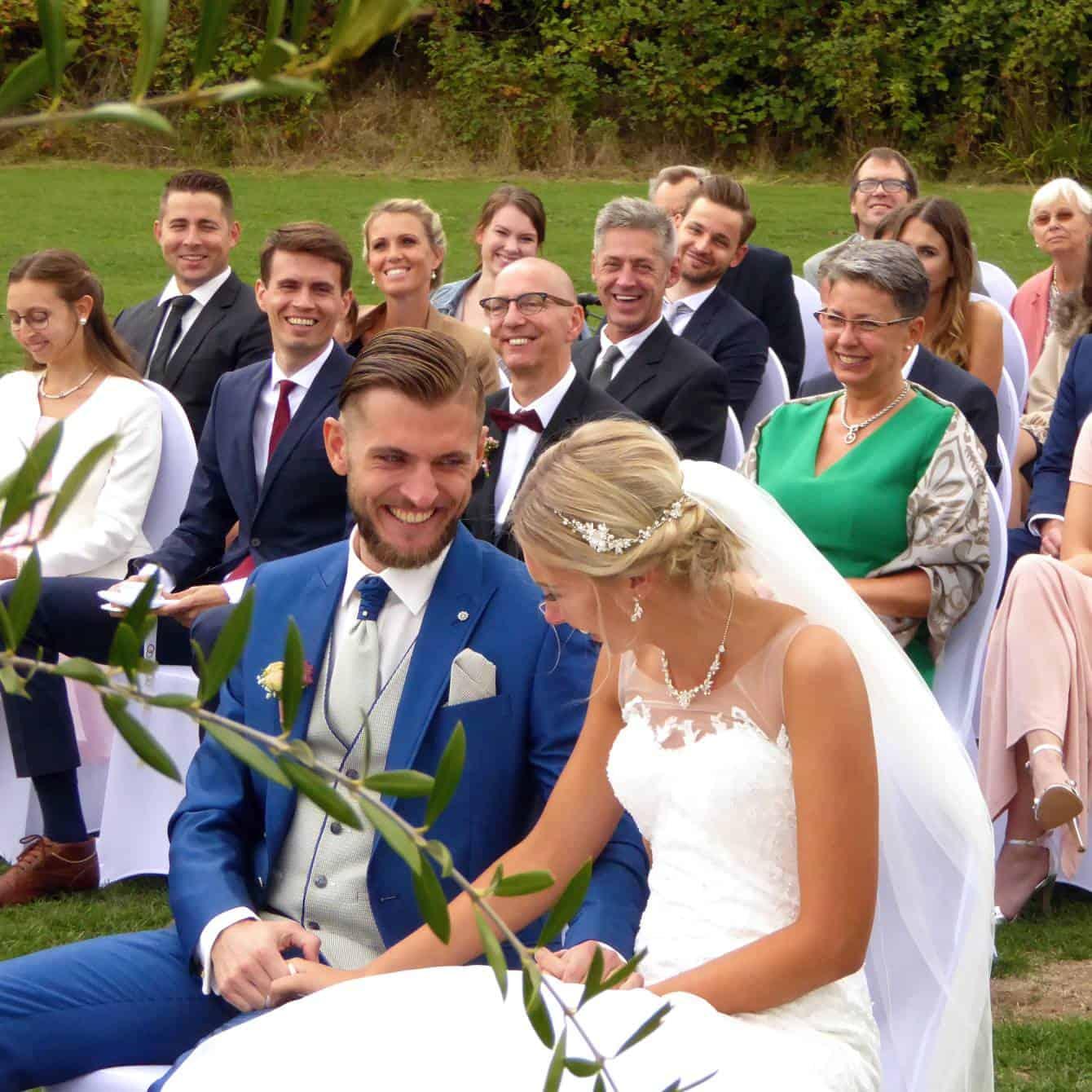Brautpaar lacht bei der Trauzeremonie