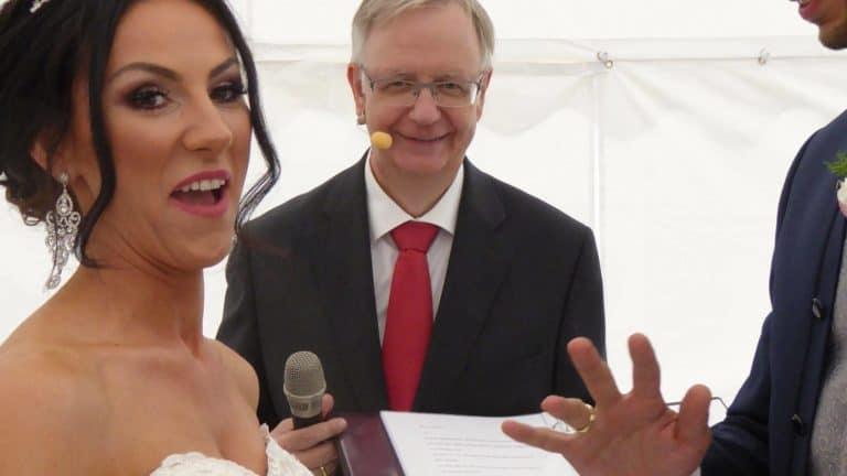 Braut freut sich über ihren Ehering