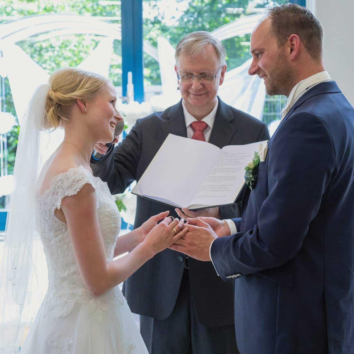 Die Braut spricht ihr Eheversprechen bei der freien Trauung