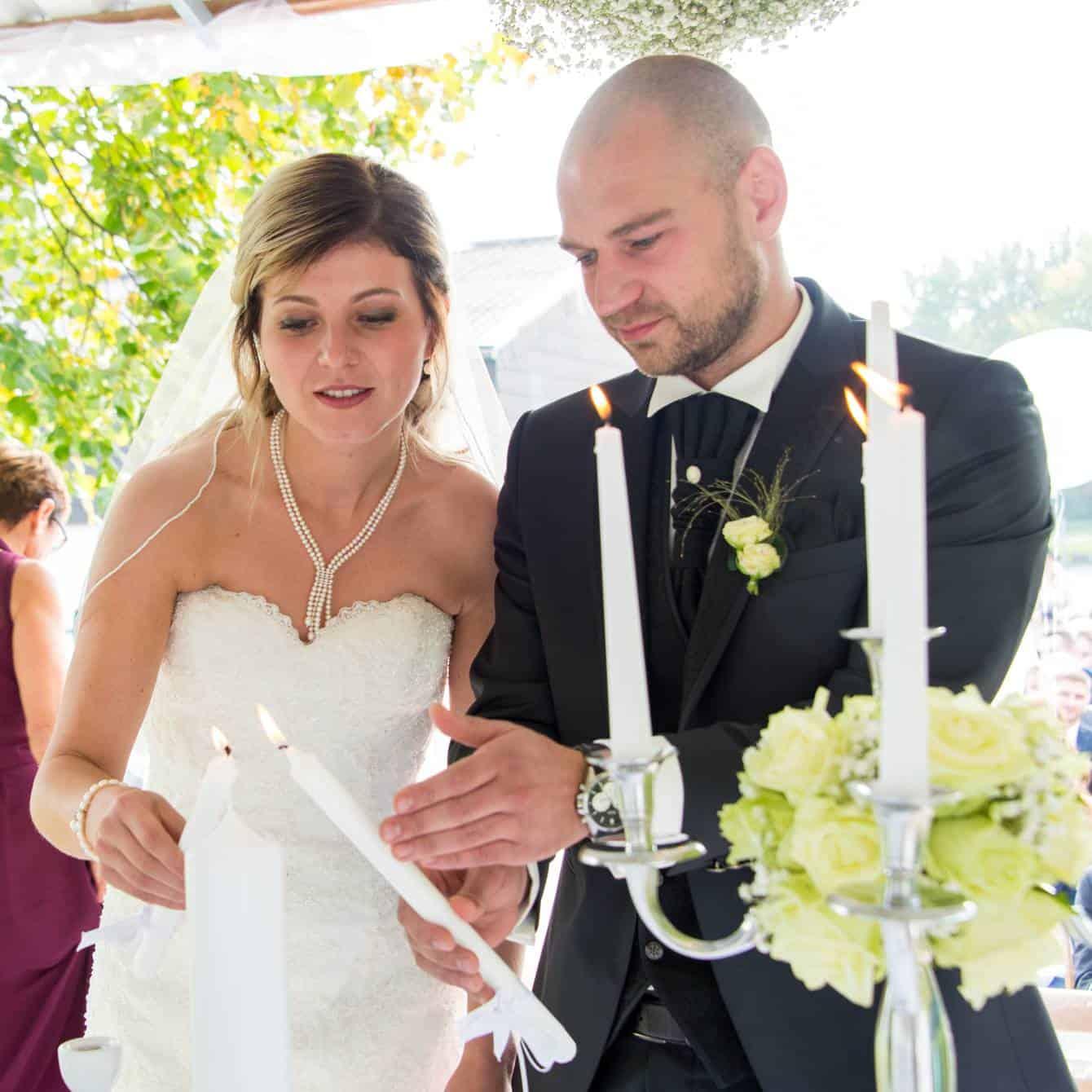 Hochzeitskerze wird entzündet